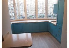 Современная кухня с окном, с крашеными фасадами.